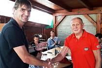 Josef Škultéty (vpravo) přebírá Cenu fair play OFS Rakovník z rukou předsedy DK Ivo Duchoně.