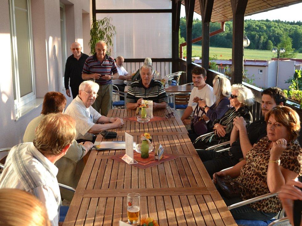 Setkání německých obyvatel v autokempu Jesenice