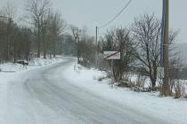 Problémy se sněhem řeší pravidelně v Roztokách u Křivoklátu, kde se nesmí sdolit. Včera tam nadílka vytrestala pekaře.