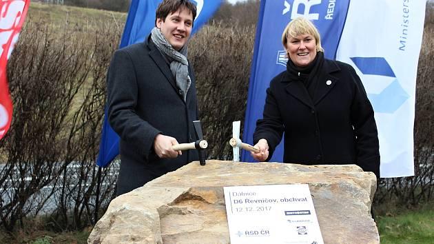 Slavnostním poklepáním na základní kámen začala v Krušovicích výstavba dvou úseků dálnice D6. A to symbolicky 12. 12. ve 12.12 hodin. Jde o úseky mezi Novým Strašecím a Řevničovem a řevničovský obchvat.