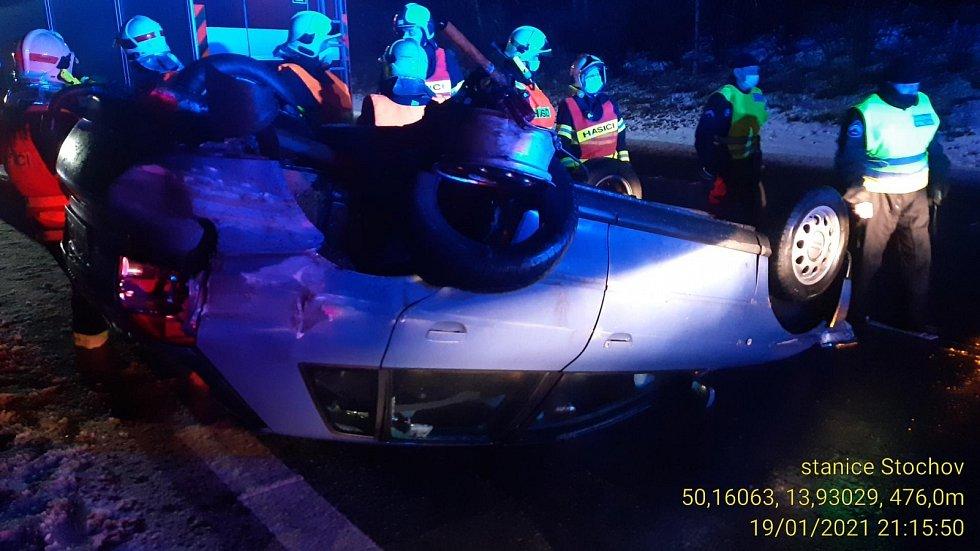 Osobní auto mířící po dálnici D6 od Prahy na Karlovy Vary skončilo v úterý večer na střeše.