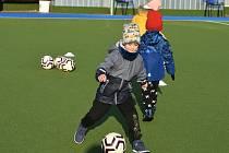 Sportovní klub policie Rakovník uspořádal na městském stadionu v rámci Měsíce náborů fotbalový trénink pro děti z mateřinky Klicperova.