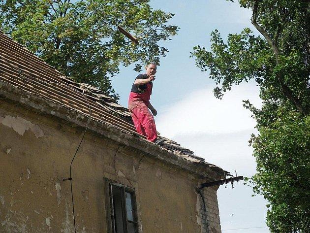 Oprava střechy v Hořesedlích