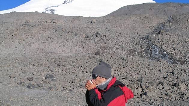Snídaně pod vrcholkem kavkazkého Elbrusu.
