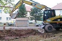 Kanalizace na náměstí v Jesenici prochází rekonstrukcí