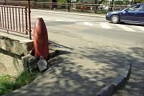 Propadlý chodník na mostu v Nádražní ulici v Rakovníku.