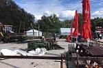 Ohněm zničené zázemí s občerstvením zatím nahradily provizorní stany.