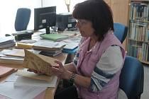 Ředitelka rakovnického archivu renata Majerová Listuje historickými dokumenty včelařů