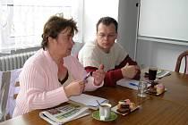 Obavy nevidomých zmírnili pracovníci sociálního odboru Ilona Keková a Luboš Kejla