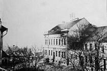 Budova staré rakovnické pošty na počátku 20. století.