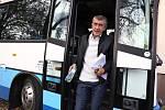 Netradiční předvolební debata Deníku: s politiky na cestě autobusem. Zastavení na besedě s občany ve Všetatech na Rakovnicku.