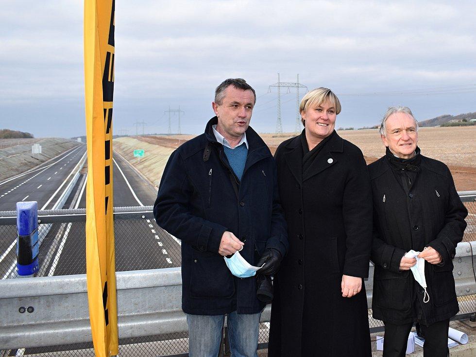Starostové a starostka Řevničova, Krušovic a Nového Strašecí při otevření dalšího úseku D6.