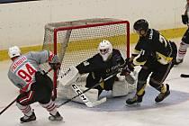 Hokejová příprava: Rakovník (v černém) nečekaně přehrál silný Chomutov 3:2.