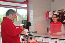 Prodej masa v obchodě Jana Vrábíka