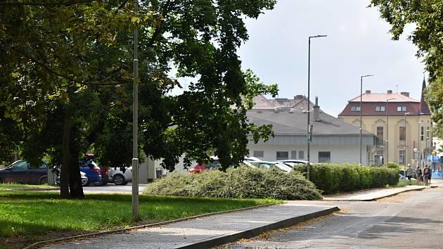 Chodníky na nábřeží Dr. Beneše v Rakovníku.
