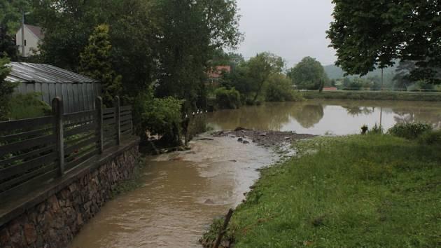 Plný rybník na návsi v Hřebečníkách