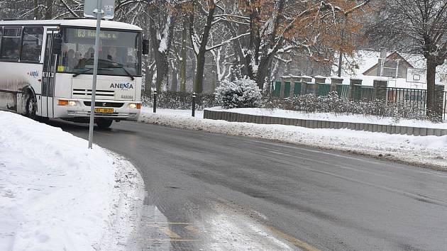 Sníh zasypal silnice i chodníky