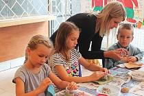 Děti vyráběly v knihovně papír