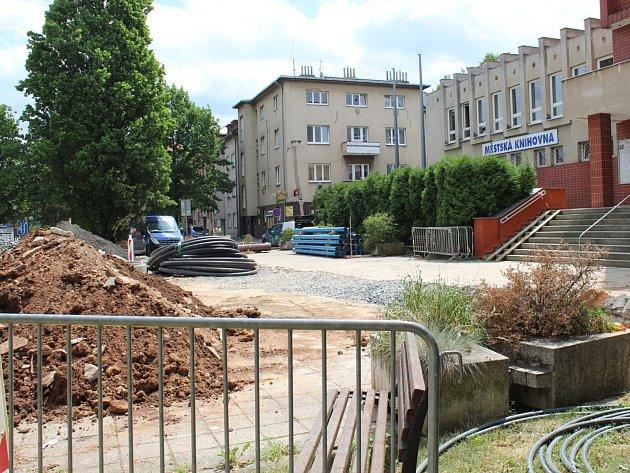 Rekonstrukce prostoru před městskou knihovnou Na Sekyře v Rakovníku.