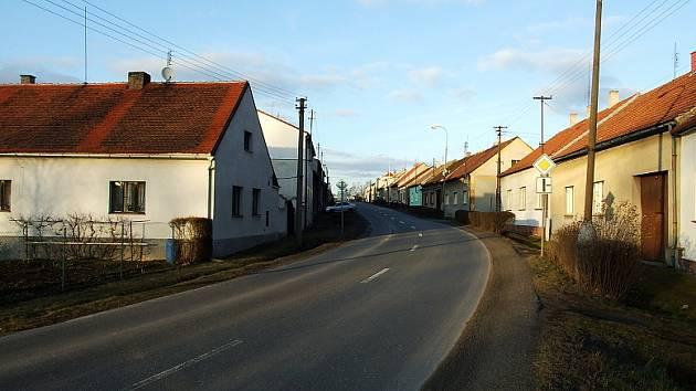 Splašková kanalizační větev by měla vést podle této hlavní silnice.