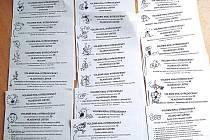"""Texty bývají nudné. Známý karikaturista z Rakovníka Milan Kounovský ty svoje volební lístky vylepšil svými kresbami. """"V televizi ráno říkali,  že se může nejen kroužkovat, ale i malovat. Tak jsem si pro lepší rozhodování nejdříve maloval ...,"""" napsal na s"""