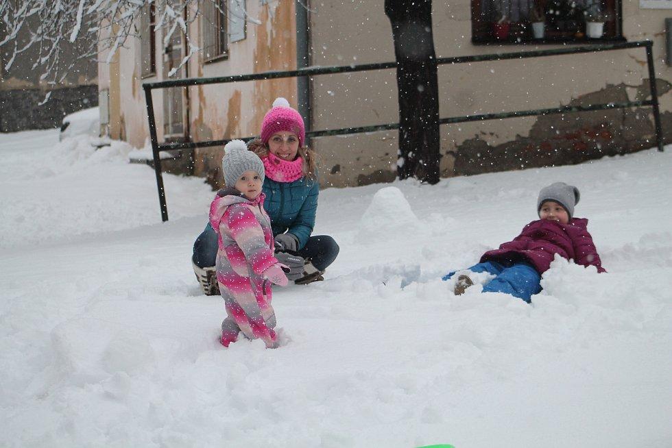 Ulice Rakovníka zasypal mohutný příval sněhu. Děti měly radost, údržbě městských komunikací a řidičům zkomplikoval nedělní den.
