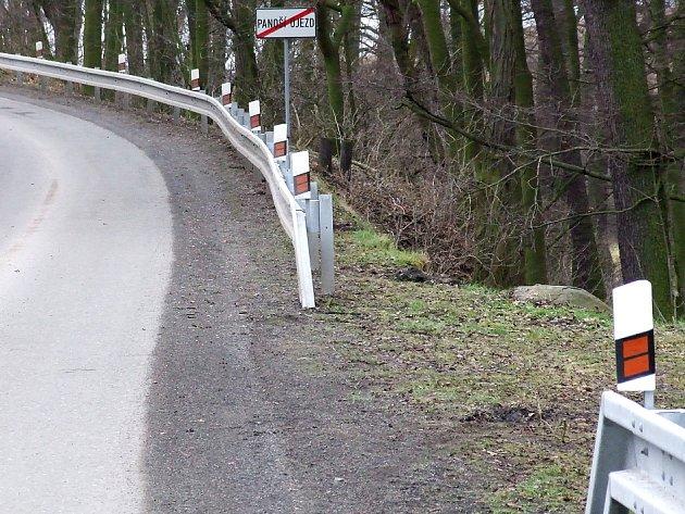 Nově vybudovaná svodidla u obce Panoší Újezd.
