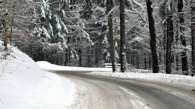 Sněhem zapadlé obce a krajina na Rakovnicku