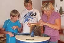 Mladí včelaři vytáčejí med