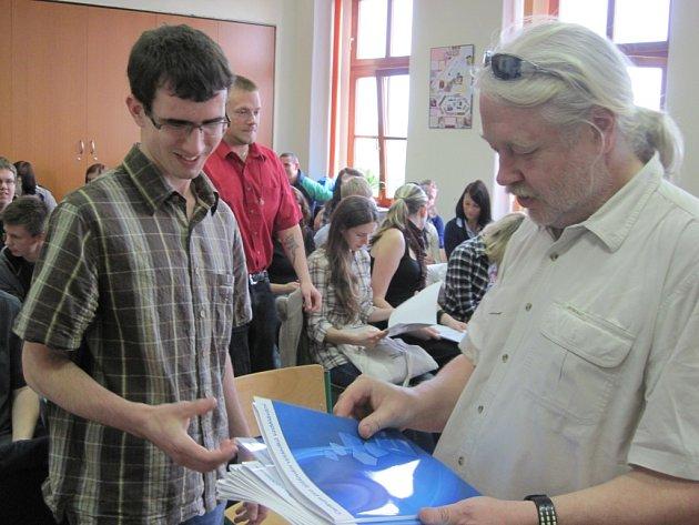 Bývalý šef Cermatu Zelený diskutoval se žáky novostrašeckého gymnázia