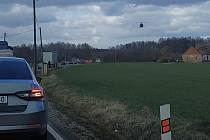 Těžce zraněnou osobu musel transportovat vrtulník do Ústřední vojenské nemocnice.
