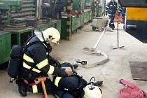 HASIČI museli během cvičení také poskytnout předlékařskou pomoc a na nosítkách vynést z objektu svého kolegu.