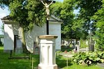 Opravený kříž na hřbitově v Lišanech