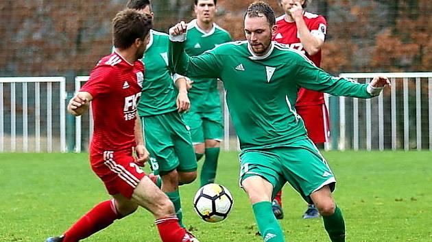 Jsou poslední. Fotbalisté Tatranu Rakovník (v zeleném) jsou v polovině divizní sezony na šestnácté příčce, v podzimní části nasbírali pouhých devět bodů.