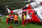 U vážně zraněného muže zasahovaly dva vrtulníky.