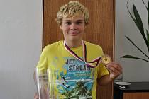 KAMIL Truksa má na krku bronzovou medaili z krajských výběrů a v pravé ruce drží pohár za nejlepšího hráče zápasu na MS