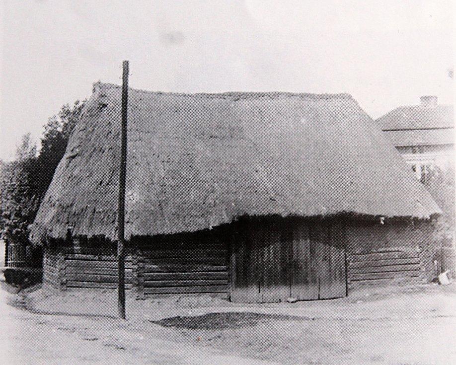 Nonfriedova stodola na nároží dnešních ulic Havlíčkovy a VJamce na snímku zroku 1910 vynikala ze všechrakovnických stodol vůbec nejvíce. Ani ji dnes nespatříme.