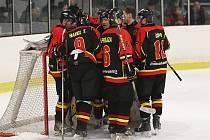 Hokejisté Mělníka (v tmavém) vyhráli na rakovnickém ledě druhé čtvrtfinále 8:2 a postoupili mezi nejlepší čtyři týmy krajské ligy.