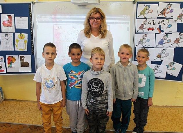 První ročník ZŠ a MŠ Lišany vede ředitelka školy Michaela Karlová.