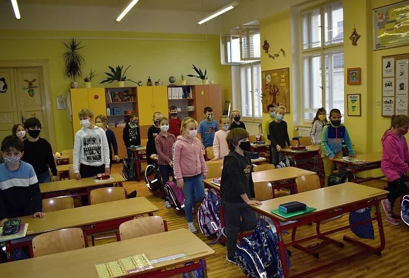 Návrat školáků do 2. základní školy v Rakovníku.