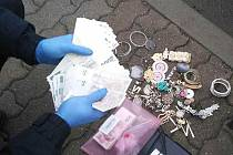 Tyto peníze a šperky byly ukradeny