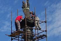 Druhá fáze rozebírání Mariánského sloupu na Husově náměstí