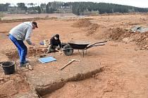 Na hlavní trase plánované dálnice D6 u Nesuchyně a Krupé probíhá archeologický průzkum, který provádí Česká společnost archeologická.