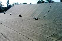 Střecha bazénu není také v optimálním stavu. Dřevěný podklad pod lepenkou je shnilý