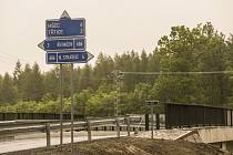Most vedoucí nad dálnicí D6. Nachází se na silnici III/2372, která spojuje Třtici a oblast U Nádraží Řevničov.