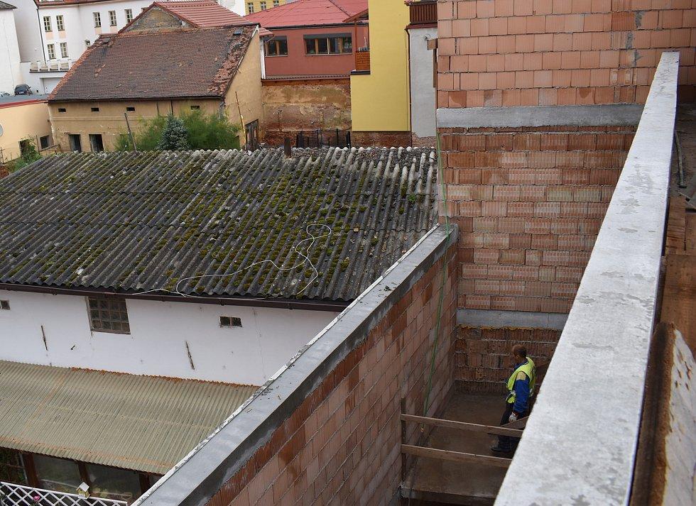 Stavba víceúčelového studijního a společenského centra v Rakovníku.