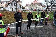 Po slavnostním aktu přestřihnutí pásky se první cyklisté hned vydali cyklostezku vyzkoušet.
