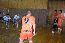 Futsalisté Alpiny Slaný v utkání krajského přeboru proti FC Kings Rakovník hráli po celý zápas s maximálním nasazením. Svědčí o tom i jejich soustředění při autu, který rozehrával rakovnický Kopřiva.