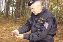Jaroslav Houda s nalezeným granátem na jednom z nalezišť na Rakovnicku