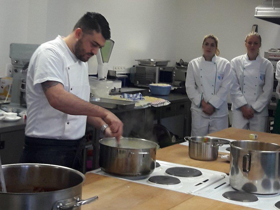 Na závěr celého pobytu připravili italští hosté za pomoci žáků ISŠ Rakovník skvělý oběd, kterého se zúčastnili i starosta města Luděk Štíbr a místostarosta  Jan Švácha.